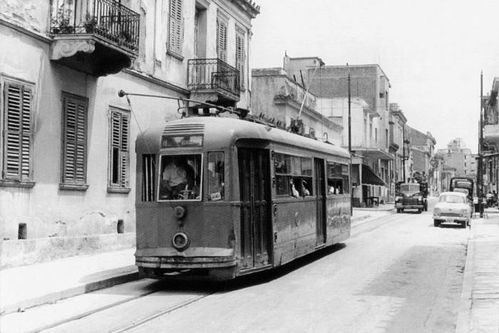 Το τραμ των Πετραλώνων στην Αγία Μαρίνα στο Θησείο το 1959 πηγή: «Και περνούσανε τα τραμ...», φωτ. A. Luft, (αρχείο ΣΦΣ)
