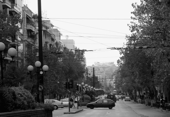 Η οδός Πατησίων σήμερα,  με την Ακρόπολη να διακρίνεται στο βάθος