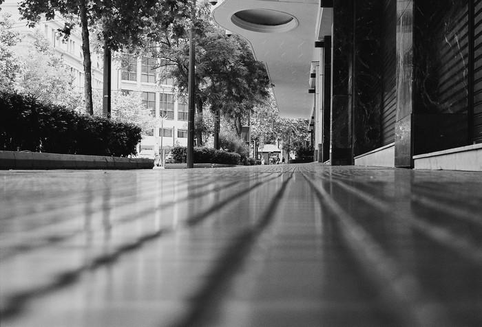 Οδός Πανεπιστημίου. Το πεζοδρόμιο μπροστά από το Zonars, φωτ. Κώστας Ράντος, 2010