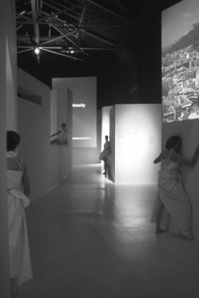 Από την παράσταση στην έκθεση «Athens 2002: Absolute Realism», που παρουσιάστηκε στην 8η Biennale Αρχιτεκτονικής, φωτ. αρχείο Τ. Κουμπή