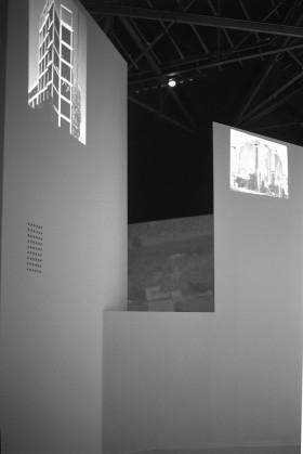 Άποψη της έκθεσης «Athens 2002: Absolute Realism» στην 8η Biennale Αρχιτεκτονικής, φωτ. αρχείο Τ. Κουμπή