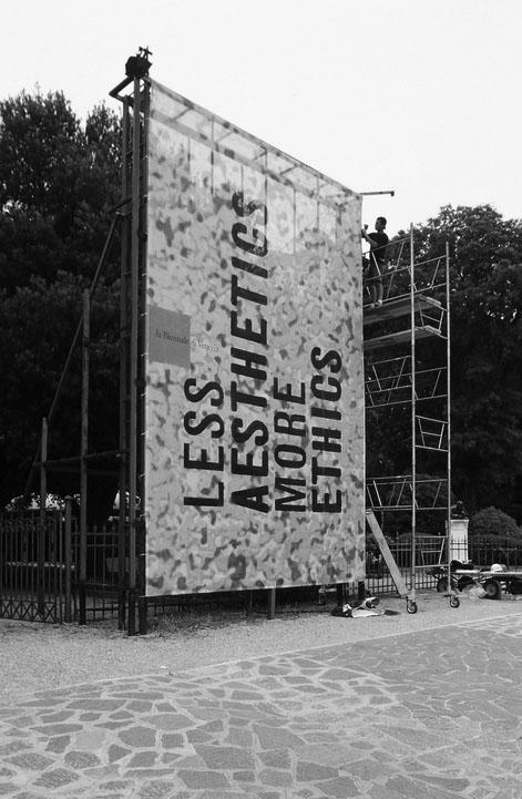 Πανό στα Giardini για την έκθεση «Less Aesthetics, More Ethics» της 7ης Biennale Αρχιτεκτονικής, πηγή: www.flickr.com